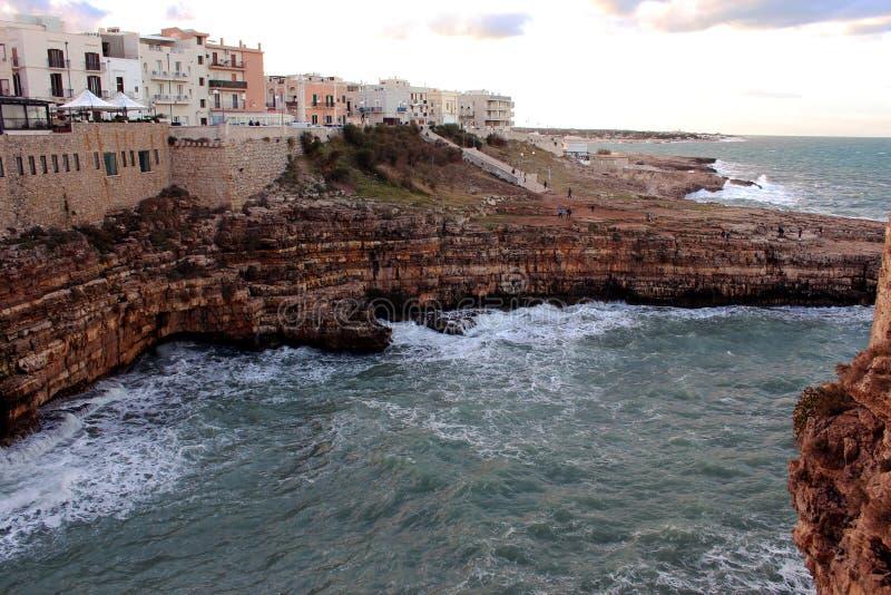 沿亚得里亚海的海岸线的岩石踢马刺 库存照片