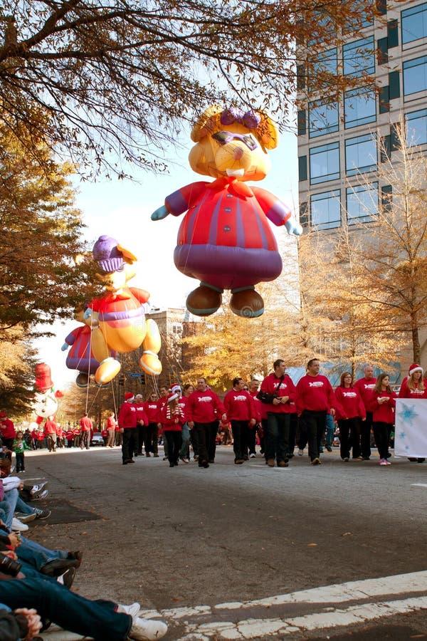 沿亚特兰大圣诞节P路线的大气球字符移动  免版税库存图片