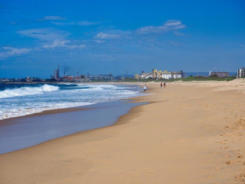 沿伍伦贡海滩对肯布拉港钢厂,澳大利亚的看法 免版税库存照片