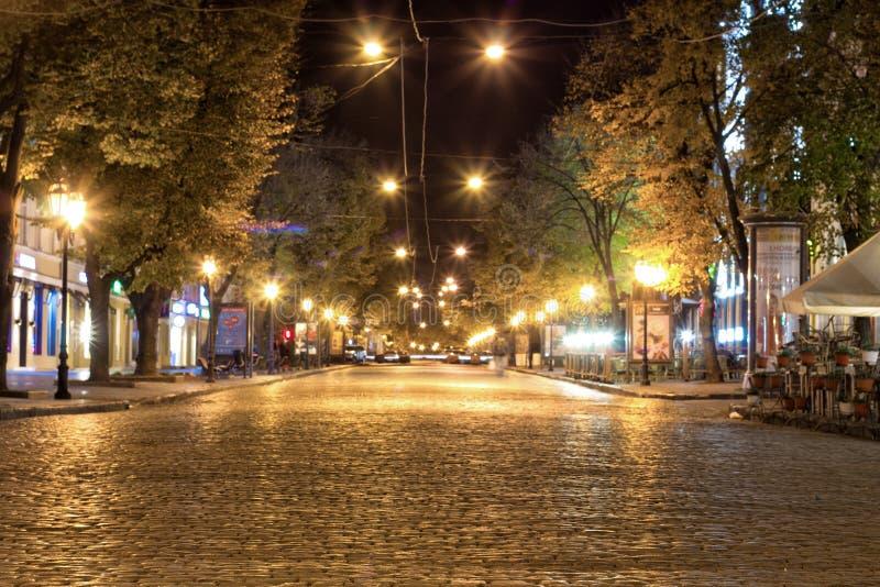 沿傲德萨街道的夜步行- 库存照片