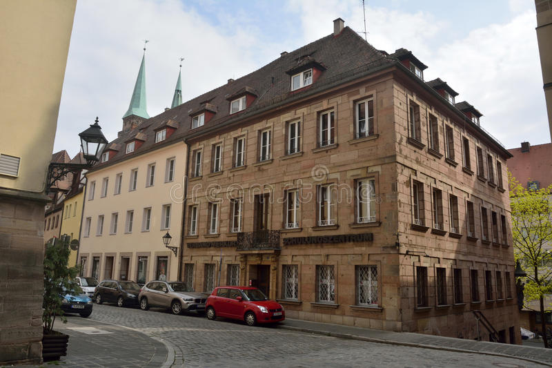 沿充分的街道的住宅和商业大厦在纽伦堡 免版税库存图片