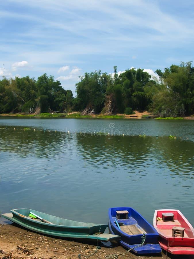 沿公开运河停放的五颜六色的塑料小船 免版税库存图片