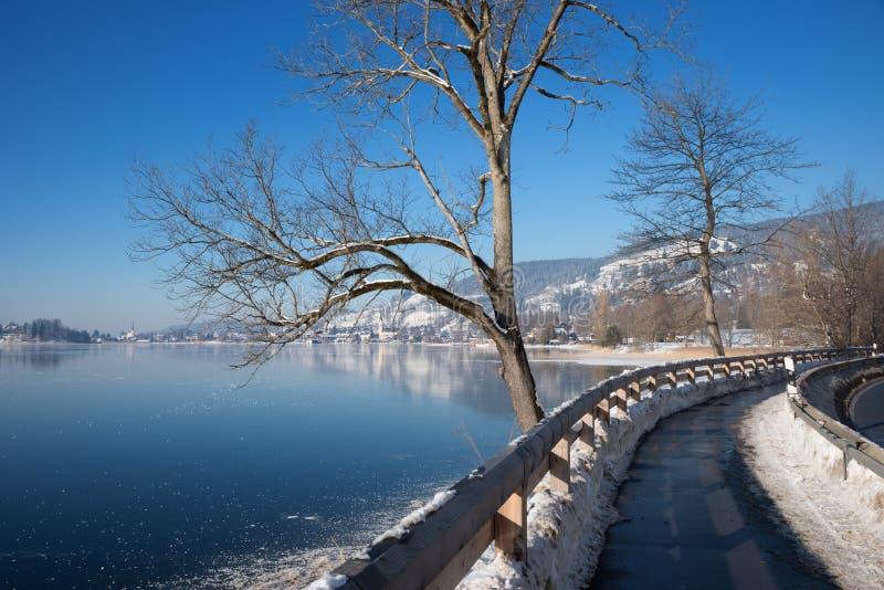 沿冻湖schliersee,冬天风景巴伐利亚的Bikeway 库存照片