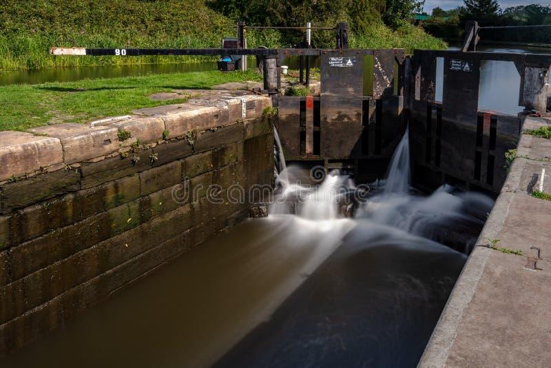 沿利兹-利物浦运河的一个运河上锁的门 免版税库存图片