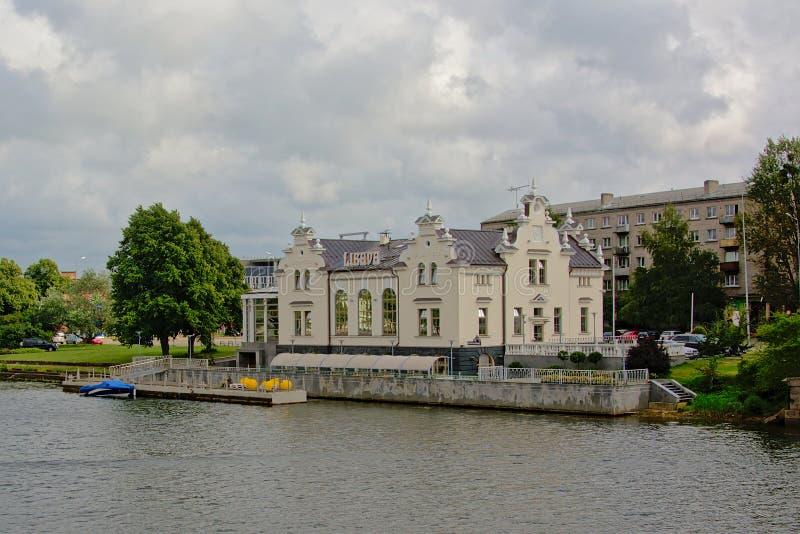 沿利耶帕亚运河,拉脱维亚的Neoclasical旅馆 免版税库存图片