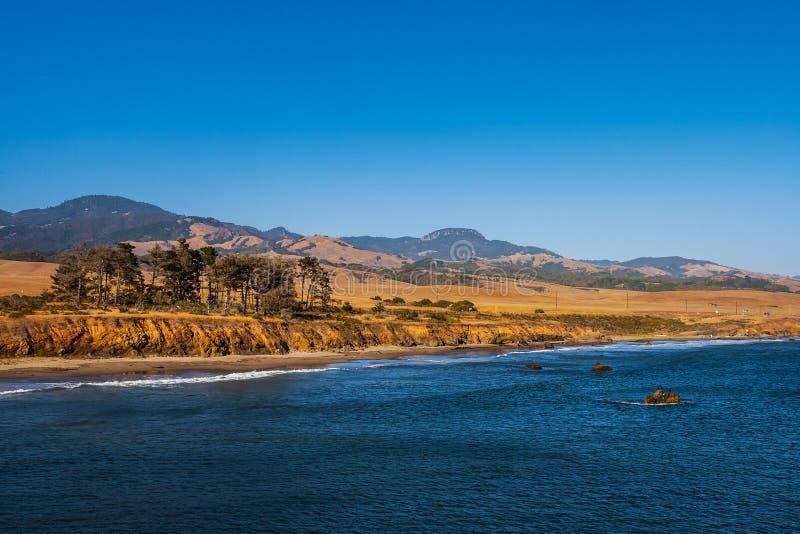 沿加利福尼亚高速公路1的太平洋海岸风景,在圣芭卜拉附近,夏天,美国 免版税库存照片