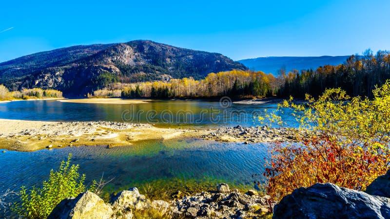 沿北部汤普森河的秋天颜色在克利尔沃特和BC小的堡垒之间 免版税库存照片