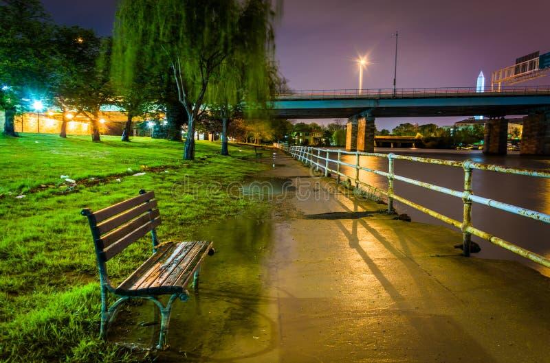 沿华盛顿频道的被充斥的走道在晚上,在Washin 库存照片