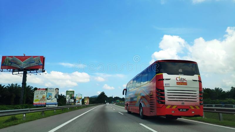 沿南北高速公路的游览车旅行在马来西亚 免版税库存照片