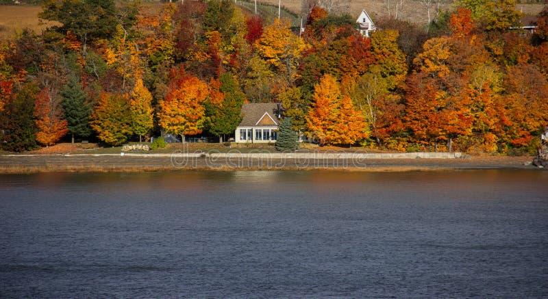 沿圣劳伦斯河的秋天颜色 免版税库存图片