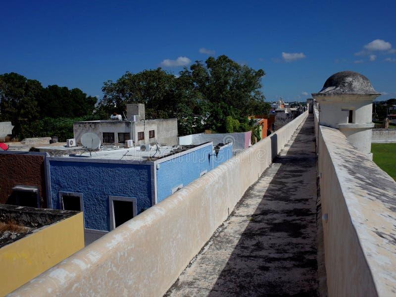 沿坎比其的古老设防的步行在墨西哥 免版税库存图片