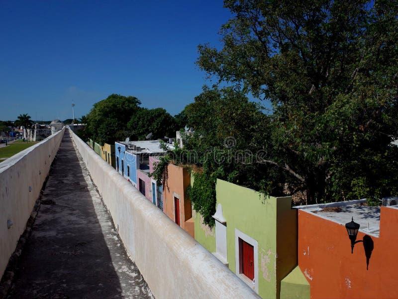 沿坎比其的古老设防的步行在墨西哥 图库摄影