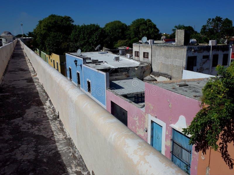 沿坎比其的古老设防的步行在墨西哥 免版税库存照片