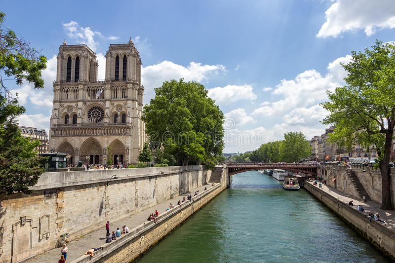 沿塞纳河的Notre Dame在巴黎 免版税库存照片