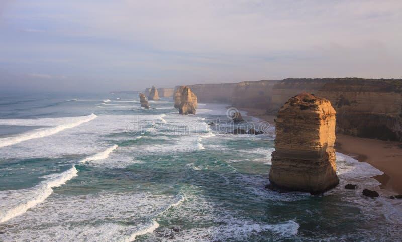 沿大洋路,维多利亚,澳大利亚的十二使徒岩 拍摄在日出 黎明雾 库存照片