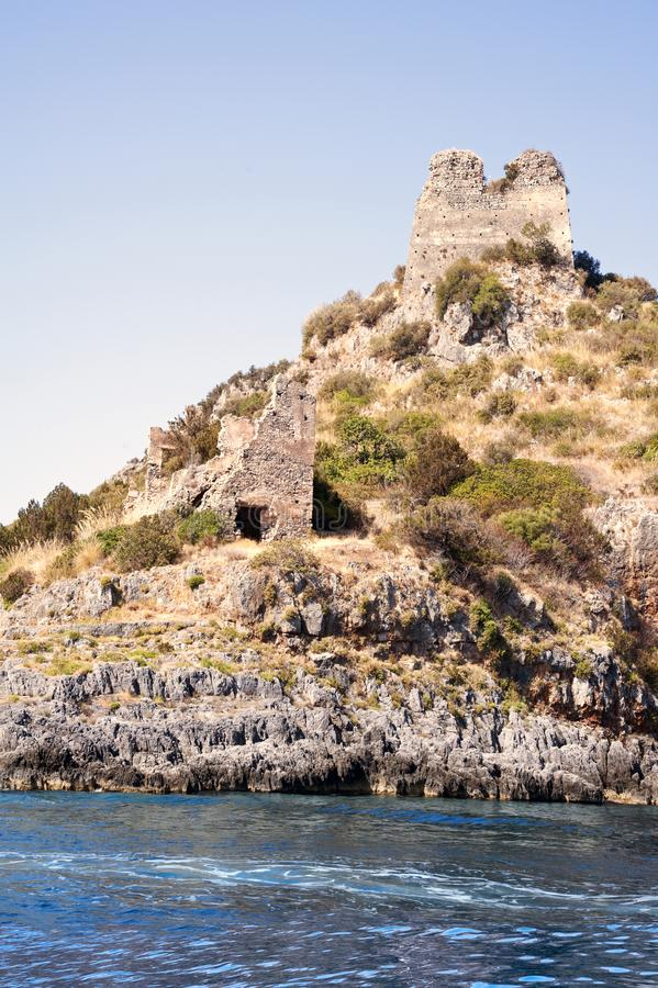 沿奇伦托的老被破坏的塔楼在意大利沿岸航行 免版税库存图片