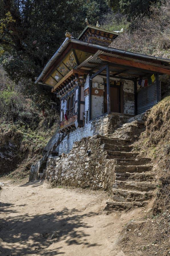 沿小径的寺庙对老虎巢, Paro,不丹 免版税库存照片