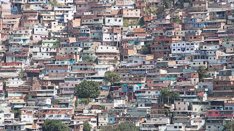 沿山坡或贫民窟被修造的陋屋地区在加拉加斯 免版税库存图片