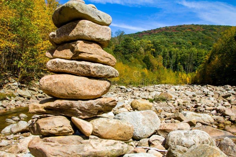 沿山小河的岩石 图库摄影