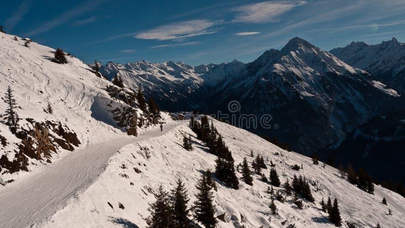 沿山腰的滑雪路 免版税图库摄影