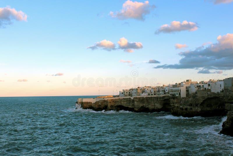 沿岩石海岸的海村庄 免版税库存照片