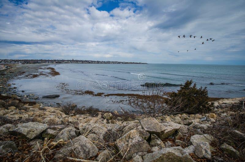 沿峭壁步行的风景看法在纽波特罗德岛,早期的春日 库存照片