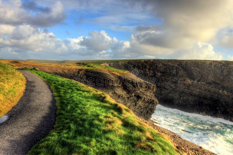 沿峭壁爱尔兰kilkee路径 库存图片