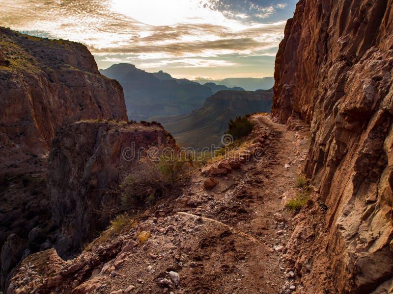沿峭壁边缘的大峡谷足迹 免版税库存图片