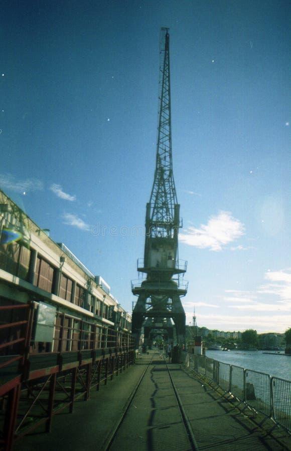 沿布里斯托尔船坞的边的起重机 免版税库存图片