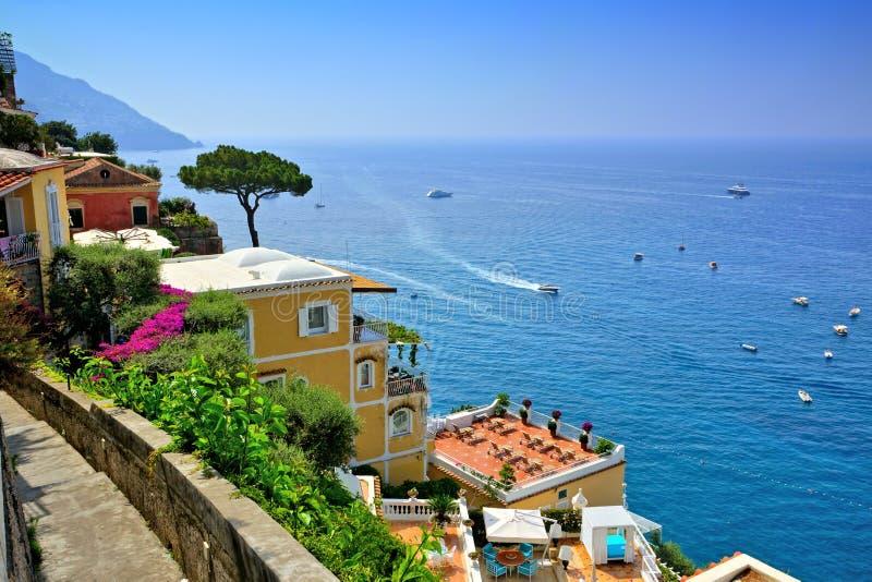 沿意大利的阿马尔菲海岸的波西塔诺,俯视地中海的豪华别墅 免版税库存图片