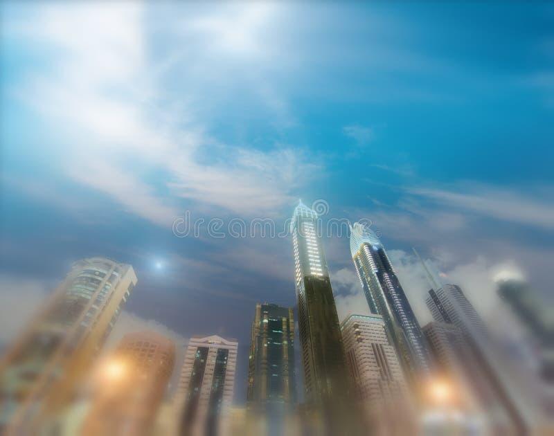 沿扎耶德Road在晚上,迪拜回教族长的Downrtown地平线 库存图片