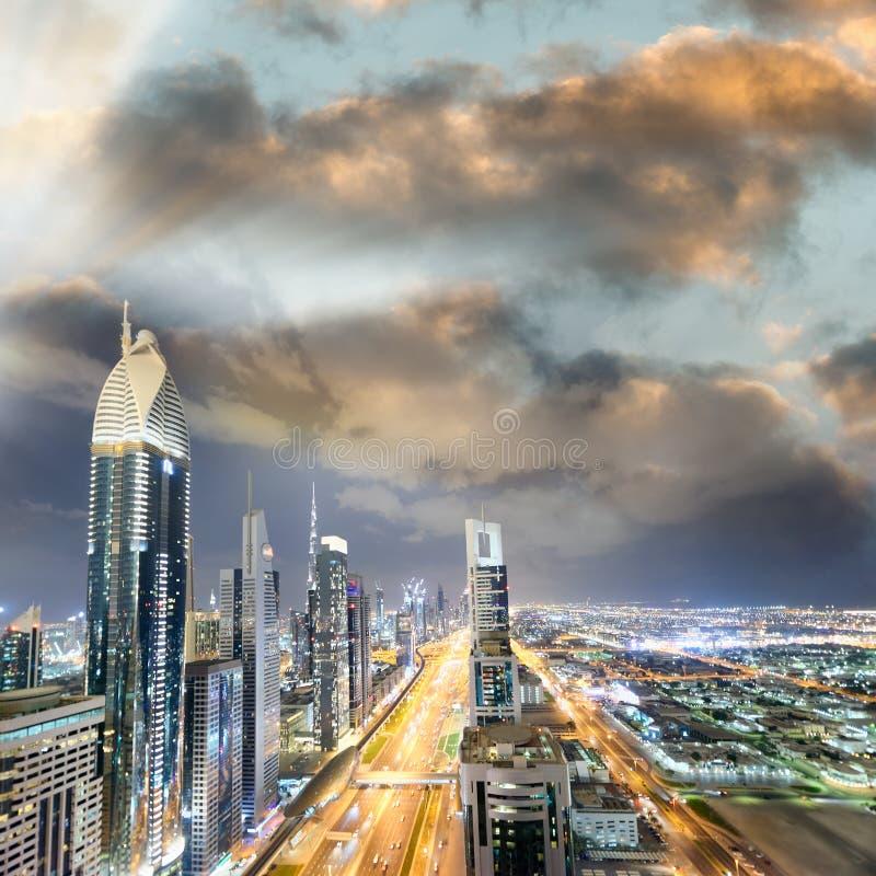 沿扎耶德Road在晚上,迪拜回教族长的Downrtown地平线 免版税库存图片