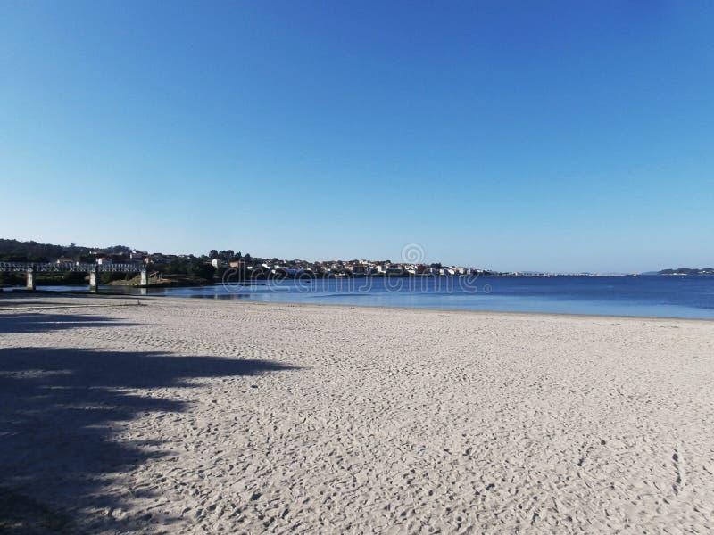 沿散步的镇静步行 海滩看见的,坐的长凳 免版税库存图片
