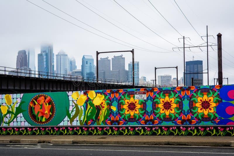 沿春天庭院地平线的街道和看法的壁画,在费城,宾夕法尼亚 库存图片