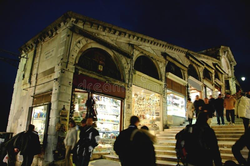 沿桥梁晚上rialto威尼斯 免版税库存图片
