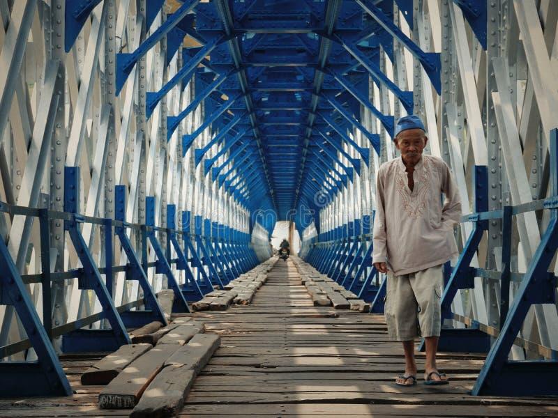 沿桥梁 免版税库存照片
