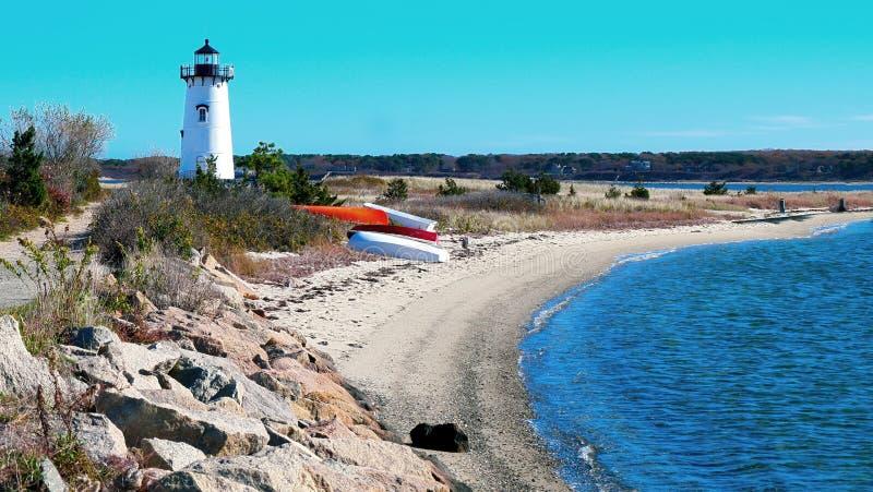 沿水的灯塔在新英格兰 免版税库存图片