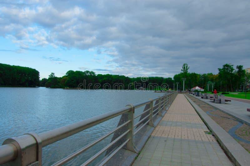 沿江边的步行 图库摄影