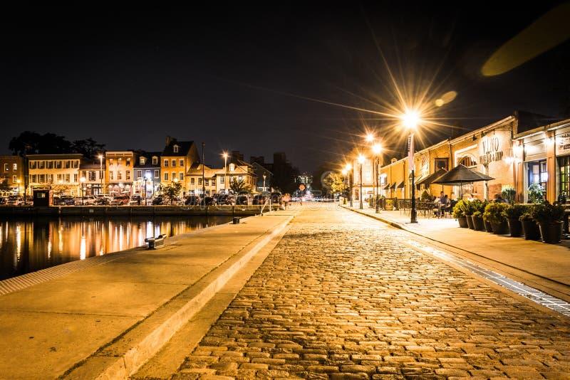 沿江边的鹅卵石街道在晚上击倒点, 免版税库存图片