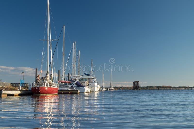 沿江边,华盛顿, NC,美国的游艇 库存图片