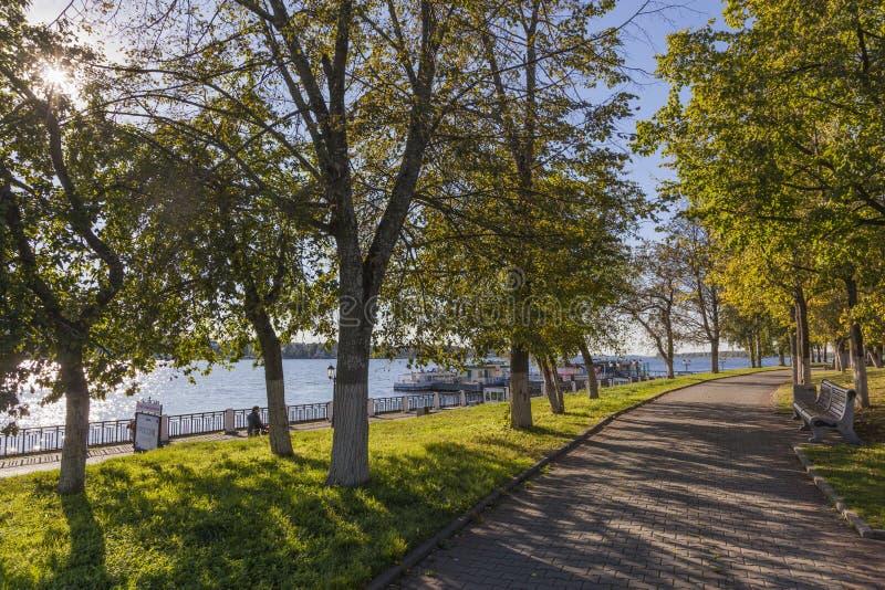 沿河散步的走道 免版税库存照片
