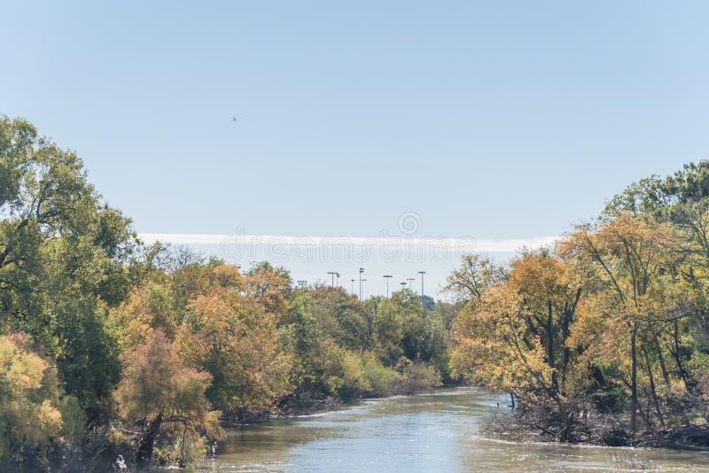 沿河的充满活力的秋叶颜色在郊区达拉斯,得克萨斯,美国 免版税图库摄影