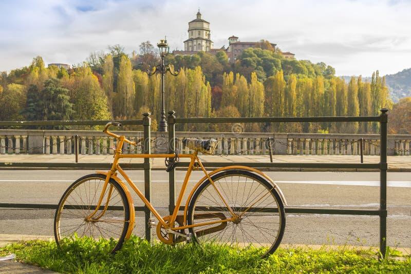 沿河的黄色自行车在都灵山麓,意大利 免版税库存图片