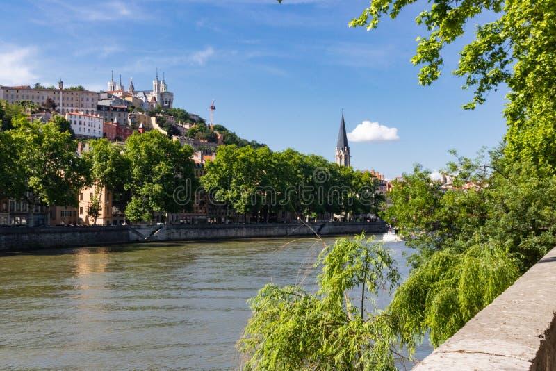 沿河边,在老镇的看法 库存图片