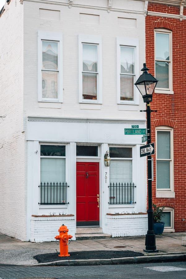 沿波特兰街的行格住宅在Ridgely的欢欣,巴尔的摩,马里兰 库存图片
