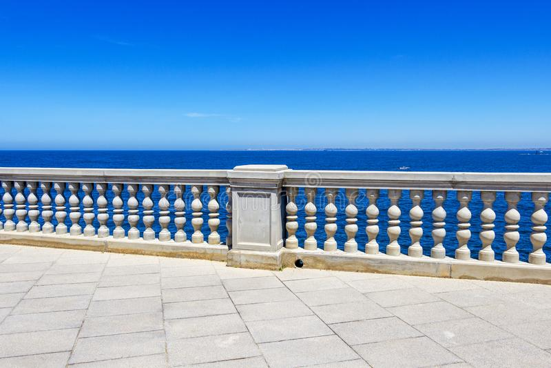 沿海地带散步在卡迪士,西班牙 免版税库存照片
