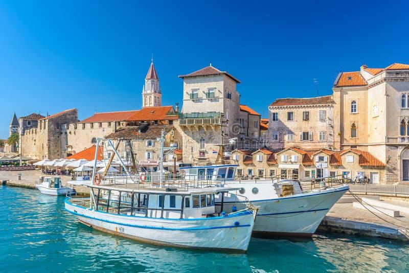 沿海城市特罗吉尔在克罗地亚 免版税图库摄影