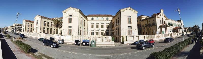 沿海岸区在奥斯蒂Lido的保罗Toscanelli街道全景在有前海洋殖民地历史巨大的宫殿的罗马  库存照片
