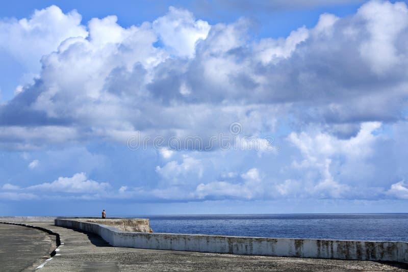 沿海岸区在明亮的晴天 免版税库存图片