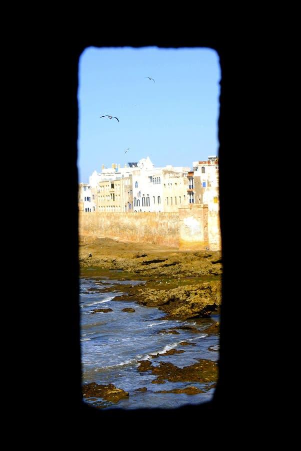 沿海岸区看法通过城堡窗口 图库摄影